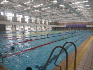 The Meng Zhui Wan 50-meter pool, the lifeguards soon to receive their New Year's goodies.