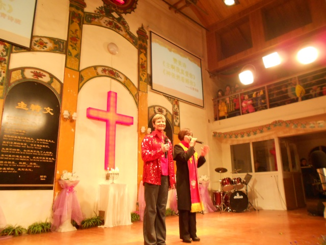 """Pastor Liao introduces me before we begin our carol, """"Away in a Manger."""" in both English and Chinese"""
